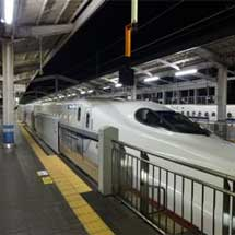 JR西日本,4月28日から岡山駅23番のりばで可動式ホーム柵の使用を開始