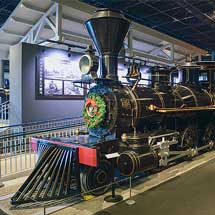 鉄道博物館で展示車両にクリスマス装飾